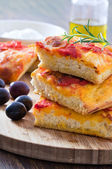 Focaccia with tomato and black olives. — Stock fotografie