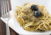 Spaghetti con pesto di olive nera. — Foto Stock