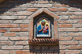 Icono religioso en un nicho de pared. — Foto de Stock
