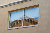 Antik kilise spire pencerede yansıyan — Stok fotoğraf