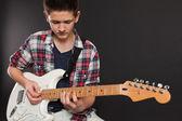 Jeune mâle joue guitare — Photo