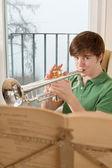 Mâle adolescent jouant de la trompette — Photo