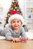 Schattige jongen voorkant kerstboom — Stockfoto