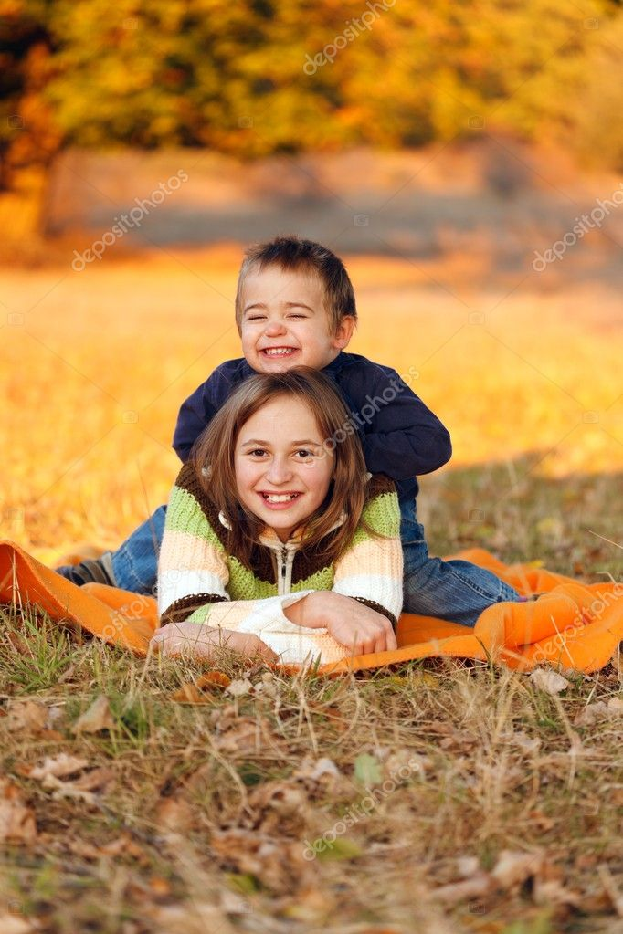 Happy kids playing outdoors in autumn — Stock Photo #8002777
