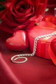Luxus halskette auf rot vorhanden — Stockfoto