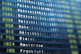 Vluchten informatiebord in luchthaventerminal — Stockfoto