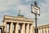 Pariser Platz Sign and Brandeburg Gate — Stock Photo