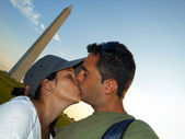 Couple kissing in front of Washington Monument — Stock Photo