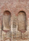 Bakstenen muur met twee bogen — Stockfoto