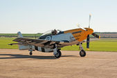 P-51 Mustang taxis for takeoff — Stock Photo