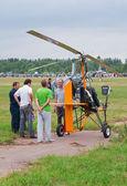 Pilot tells the spectators about his autogyro — Stock Photo