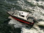 Barco em alta velocidade sobre as ondas do mar — Fotografia Stock