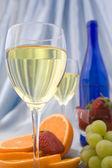 Clouseup 杯桔子和草莓酒 — 图库照片