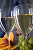 Clouseup of glasses of wine with oranges and grapes — Stock Photo