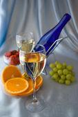 Kieliszków wina z winogron i pomarańczy — Zdjęcie stockowe