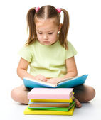 Niña linda lee un libro — Foto de Stock