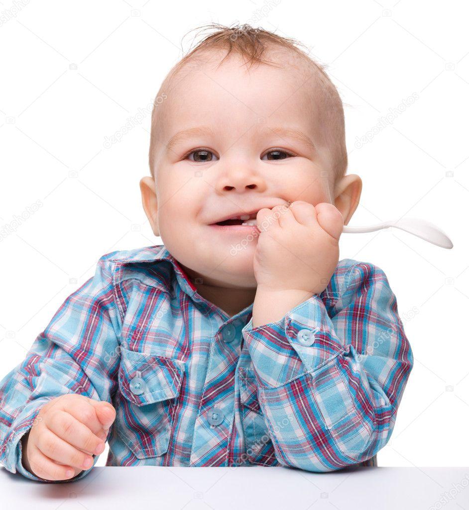 可爱的小男孩咬勺子