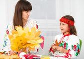 母亲和儿童在乌克兰国家布 — 图库照片