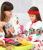 Mother and child in Ukrainian national cloth — Стоковое фото