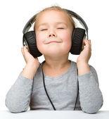 可爱的女孩享受音乐使用头戴式耳机 — 图库照片