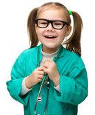 Schattig klein meisje speelt arts — Stockfoto