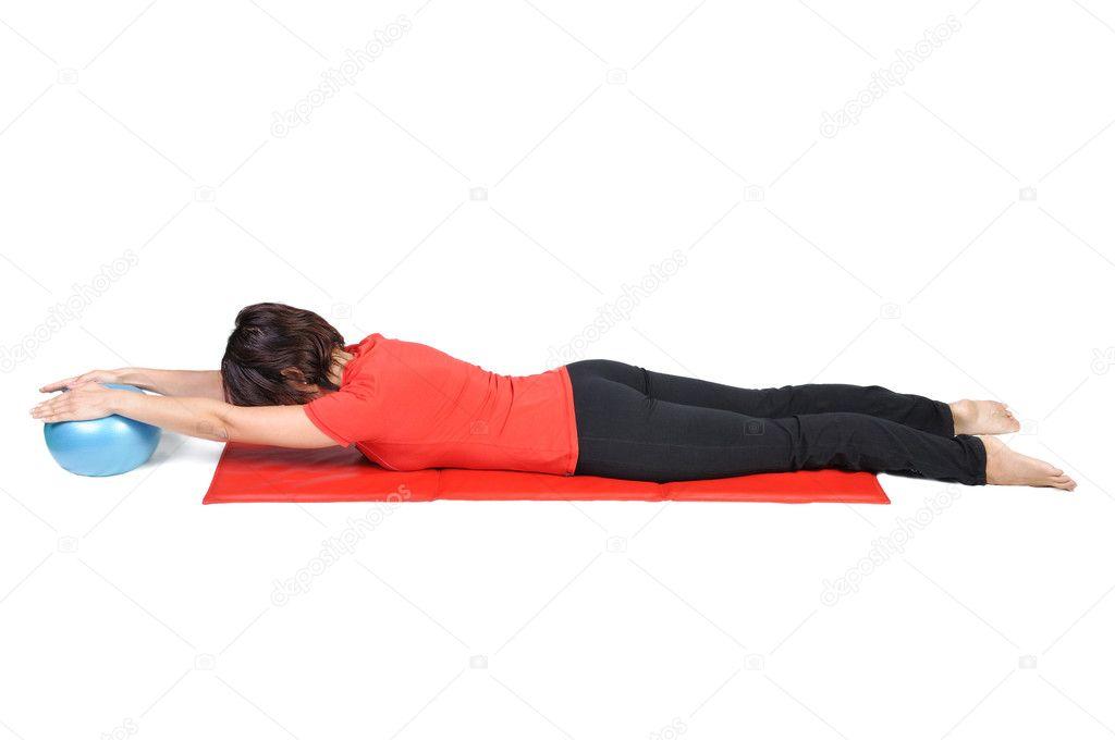 fit la jeune femme instructeur de pilates montrant diff rents exercices avec ballon sur fond. Black Bedroom Furniture Sets. Home Design Ideas