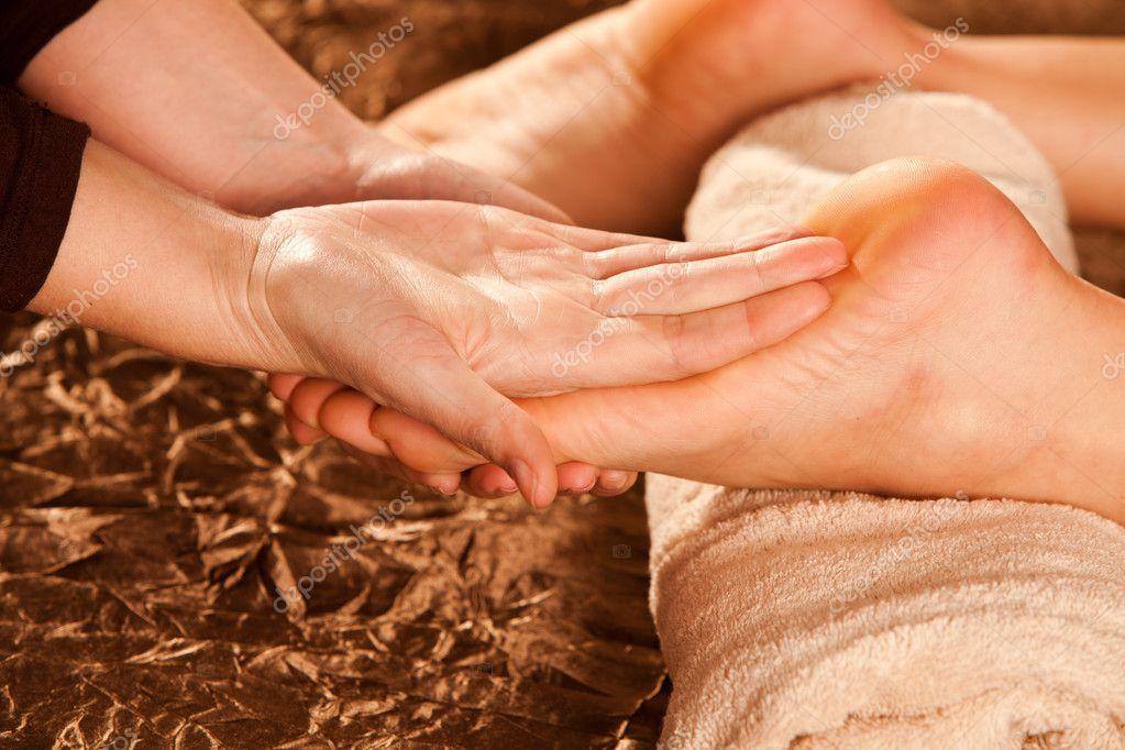В чем польза массажа ступней