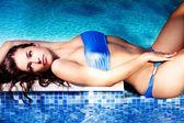 Meisje in pool — Stockfoto