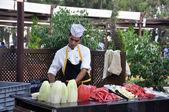 El joven cocinero corta frutas — Foto de Stock