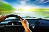 Auto ijzige onderweg met sky — Stockfoto