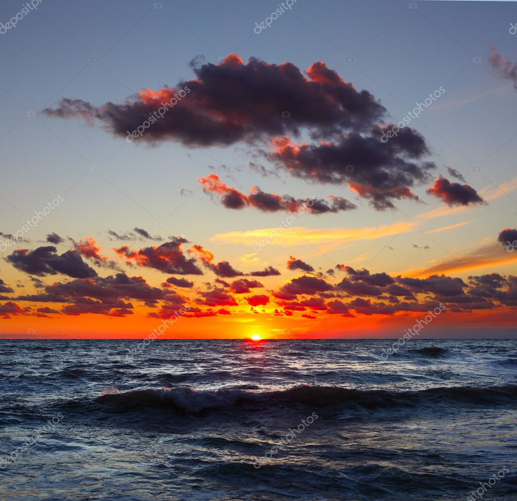 Sea with waves and sunset with cloudy sky — Stock Photo #8150139