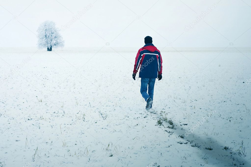 Alone man walking to alone tree — Stock Photo #8151456