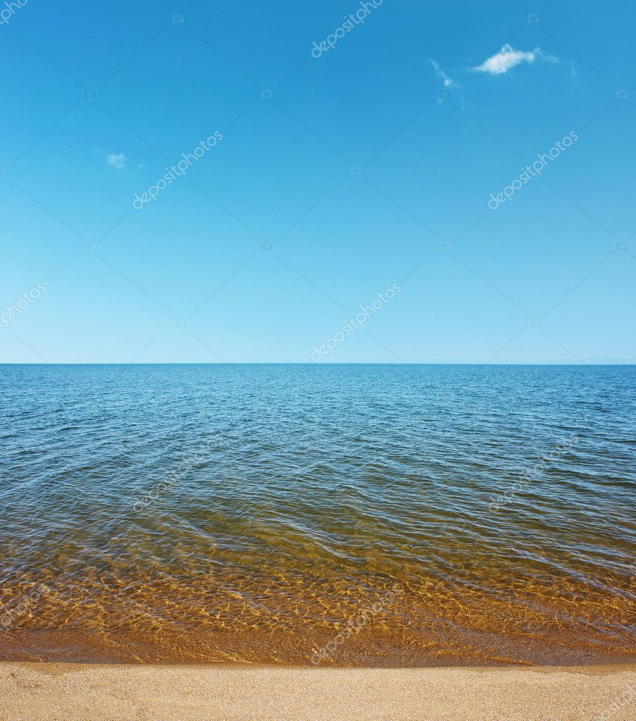 Lake with clear water and blue sky — Stock Photo #8152963