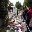 LONDON - JULY 27: Her fans pay tribute to Amy Winehouse — Stok fotoğraf
