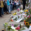 LONDON - JULY 27: Her fans pay tribute to Amy Winehouse — Stock Photo #8239094