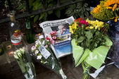 LONDON - JULY 27: Her fans pay tribute to Amy Winehouse — Stock Photo
