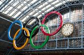 Olympiska ringarna på st pancras station — Stockfoto
