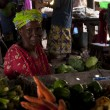 Shopkeeper selling vegetables in Bamako — Stockfoto