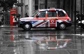 Vodafone werbung auf ein schwarzes taxi — Stockfoto