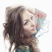 Krásná mladá žena s dlouhou nádherné vlasy představují samostatný — Stock fotografie