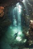 аквалангист в подводной пещере — Стоковое фото