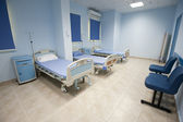 Beds in a hospital ward — Stockfoto