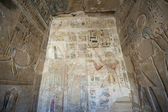 Egyptian hieroglyphic carvings on a temple wall — Stockfoto