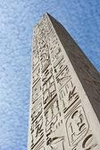 Starożytny egipski obelisk w świątyni — Zdjęcie stockowe