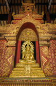 Golden Buddha in church at Phra Singh Temple — Stockfoto