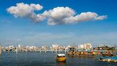 Colonna nel mare blu cielo e nuvola bianca — Foto Stock
