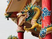 Estátua de gragon bem dourada em pilar vermelho — Foto Stock