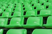 Zelená prázdné plastikové sedačky na stadionu — Stock fotografie