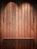 Деревянные полки на стене с верхнего света — Стоковое фото