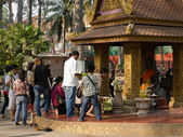 Unidentified Cambodians worshiping Buddha in Siem Reap — Stock fotografie